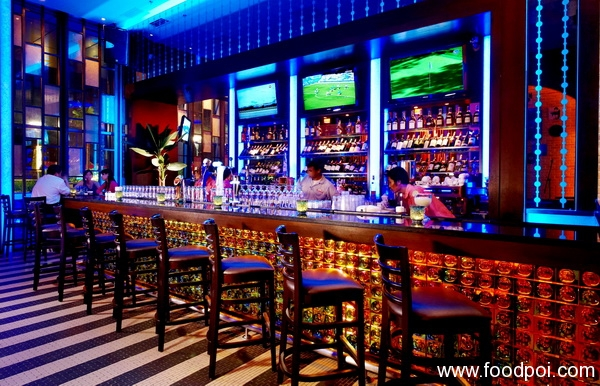 a-glowing-ambience-sets-the-mood-for-chilling-out-at-the-bar-at-santini-ristorante-italiano_resize