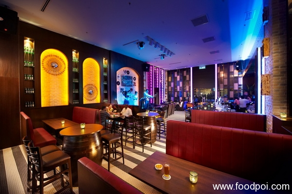 inside-santini-is-an-electric-atmosphere-blended-with-neon-and-warm-lights_resize
